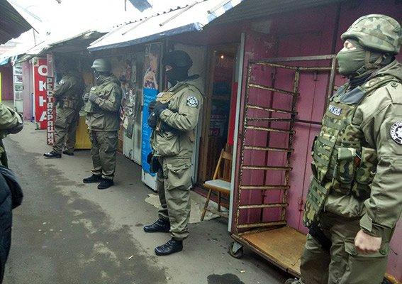 На Одесском рынке полицейский спецназ задерживал валютчика (ФОТО, ВИДЕО) (фото) - фото 1