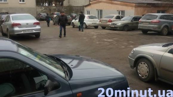 Чому хворих в автомобілях не пускають на територію тернопільської лікарні? (фото) (фото) - фото 1