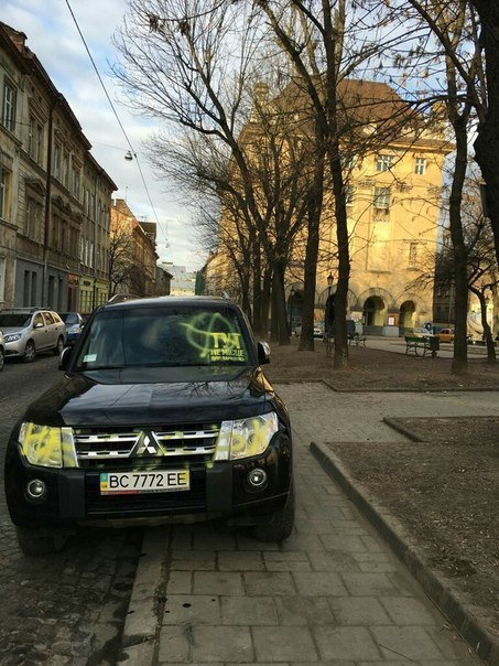 У центрі Львова невідомі розмалювали фарбою автівку, яка була припаркована на тротуарі (ФОТО) (фото) - фото 1