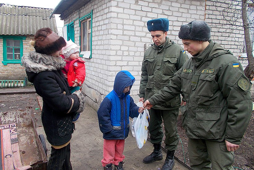 Гвардейцы Славянска помогли многодетной семье (фото) - фото 2