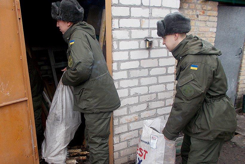 Гвардейцы Славянска помогли многодетной семье (фото) - фото 3