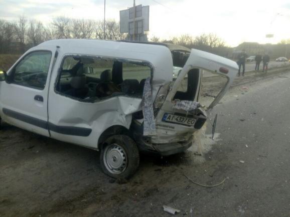 В Киеве на шоссе столкнулись три автомобиля, есть пострадавшие (ФОТО) (фото) - фото 1