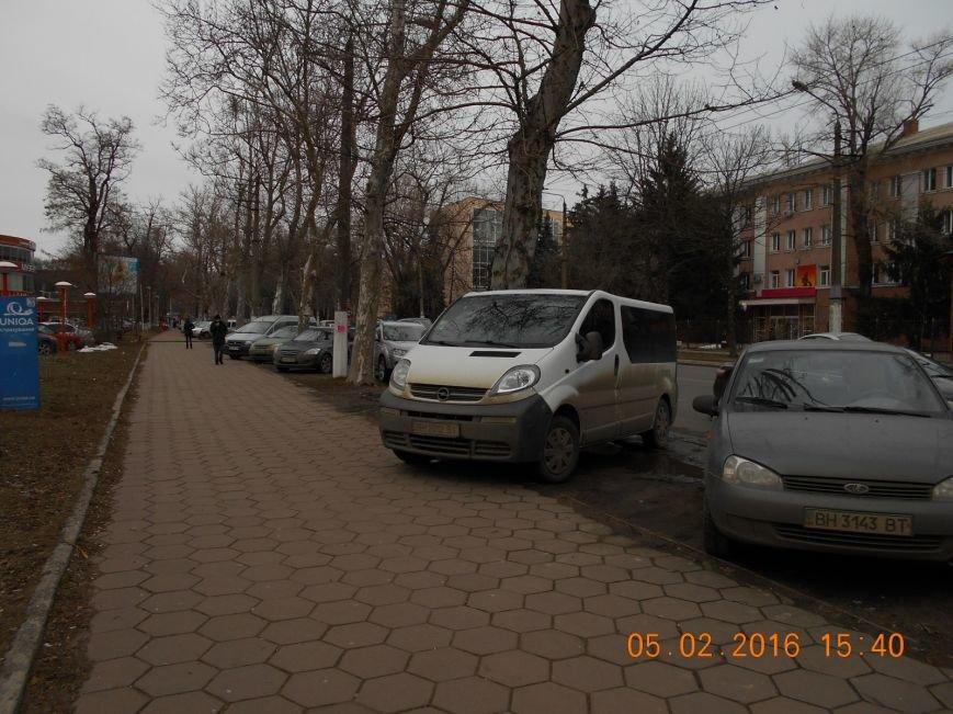 16c44c48a8b2ae08e44d3bd169c6c147 Автохамы возле Одесской ОГА ежедневно уничтожают зеленый газон