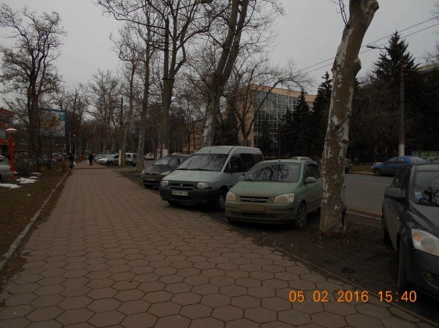 2dc1476727c54c0c24f8fc8425c60e7c Автохамы возле Одесской ОГА ежедневно уничтожают зеленый газон