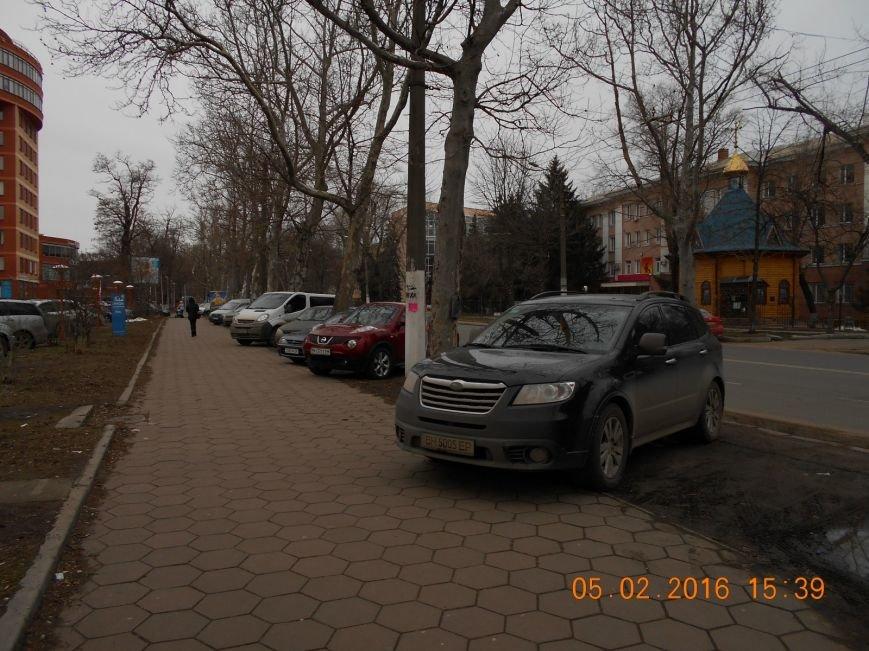 53900303c63ed303286822ba19c99092 Автохамы возле Одесской ОГА ежедневно уничтожают зеленый газон