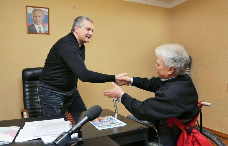 Аксёнов провёл личный приём граждан в городе Саки (ФОТО) (фото) - фото 1