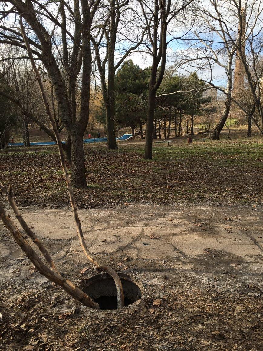 2ee86cba3b23d54b79f06306b2ae9700 В одесском парке ямы есть, а крышки люков исчезли