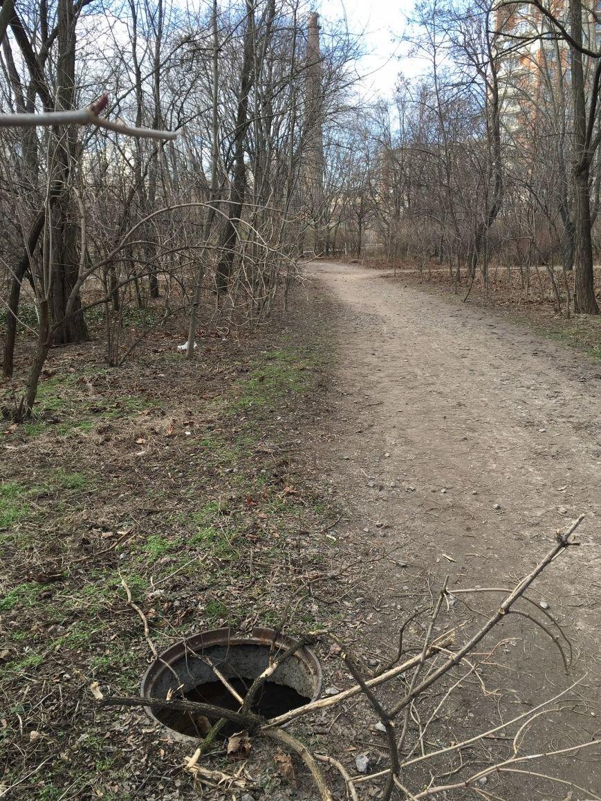 5ed38c3661daffac1c6873d402c6786c В одесском парке ямы есть, а крышки люков исчезли