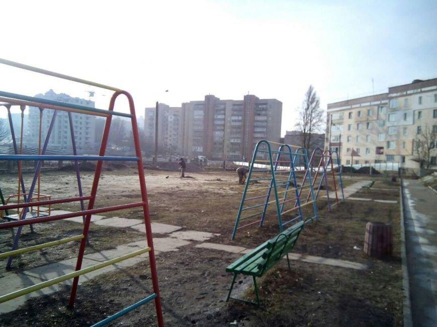 Тернополяни нарікають на захоплення будівельником дитячого майданчика (Фото), фото-1
