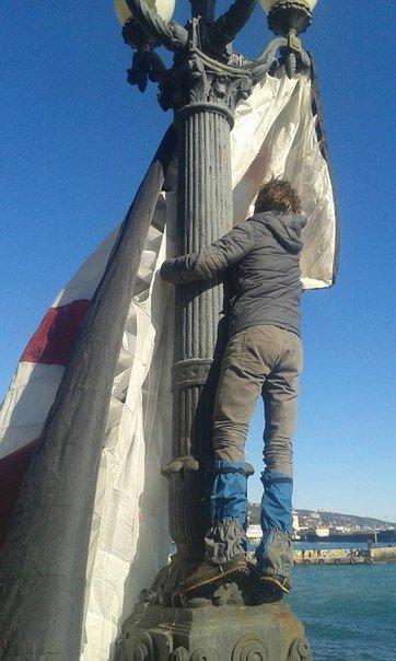 ФОТОФАКТ: в Ялте на набережной приземлился парапланерист (фото) - фото 2