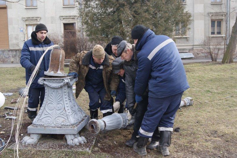 У Тернополі біля пам'ятника Шевченку демонтували вуличні ліхтарі (фото) (фото) - фото 1
