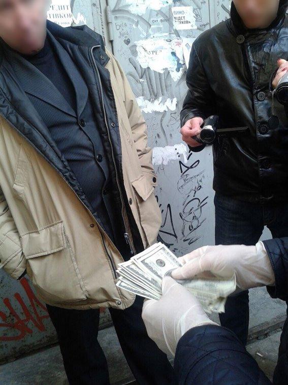 Поблизу Оперного театру у Львові правоохоронці затримали адвоката-хбарника (ФОТО) (фото) - фото 1