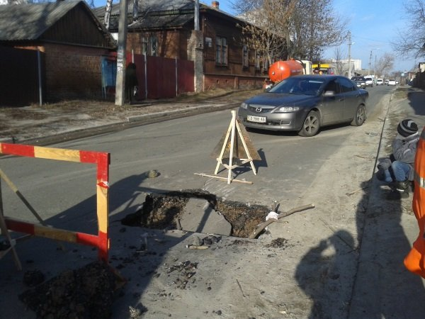 Вместе со снегом на улицах Чернигова «растаял» асфальт (фото) - фото 1