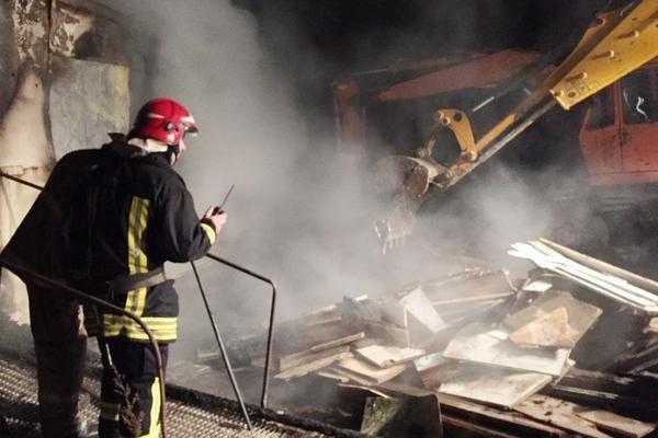 У Тернополі рятувальники гасили пожежу в будівельному контейнері (фото) (фото) - фото 1