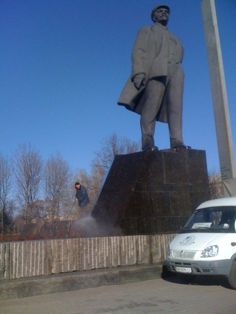 Ритуальная служба восстановила и обмыла Ленина в Донецке (ФОТО) (фото) - фото 2