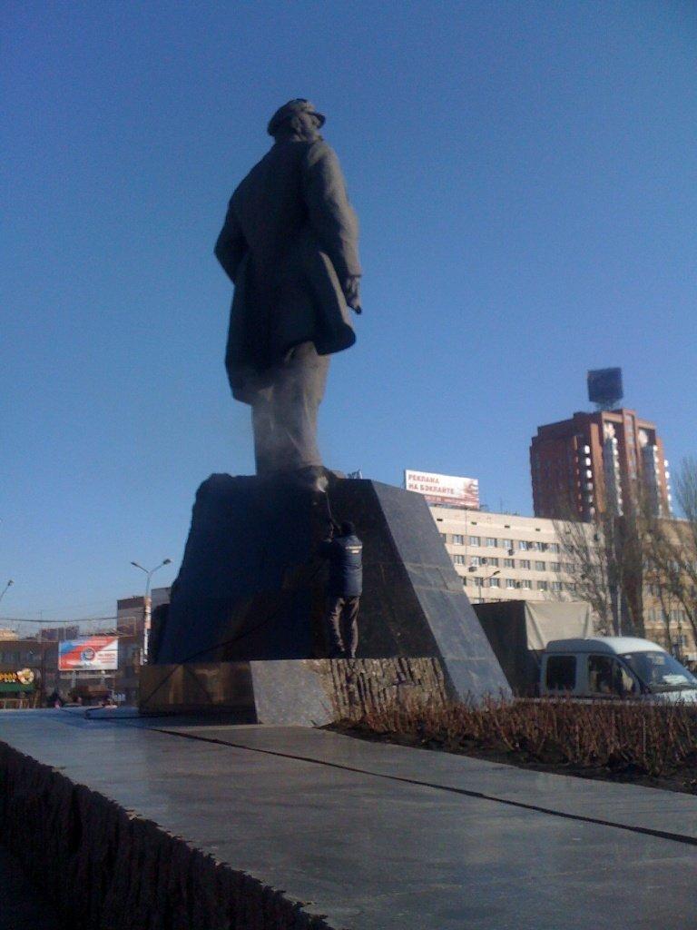 Ритуальная служба восстановила и обмыла Ленина в Донецке (ФОТО) (фото) - фото 3