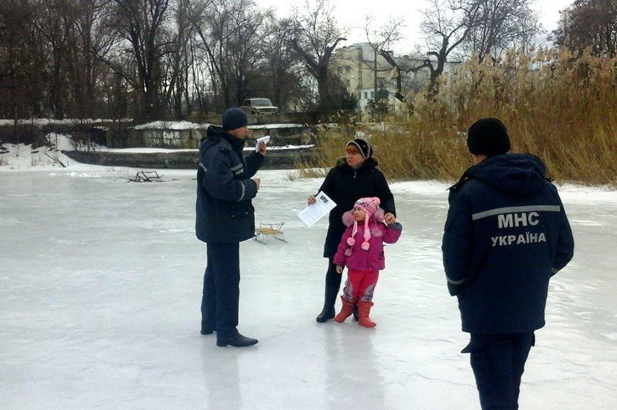 Трагический случай с ребенком не останавливает криворожских школьников и их родителей выходить на лед (ФОТО) (фото) - фото 1