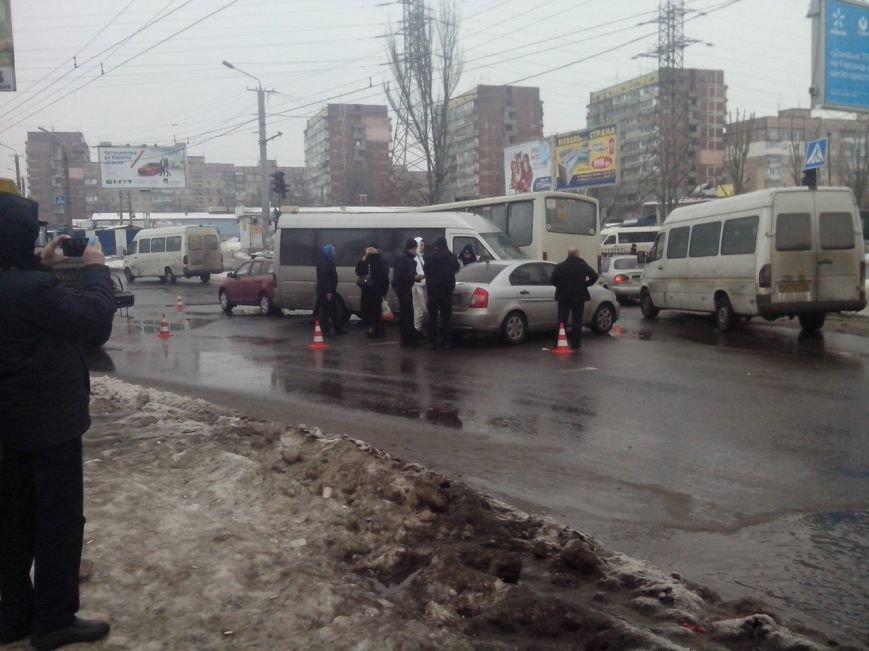 ДТП на Карла Маркса и возле «Каравана»: трамвай и маршрутка против легковушек (фото) - фото 2