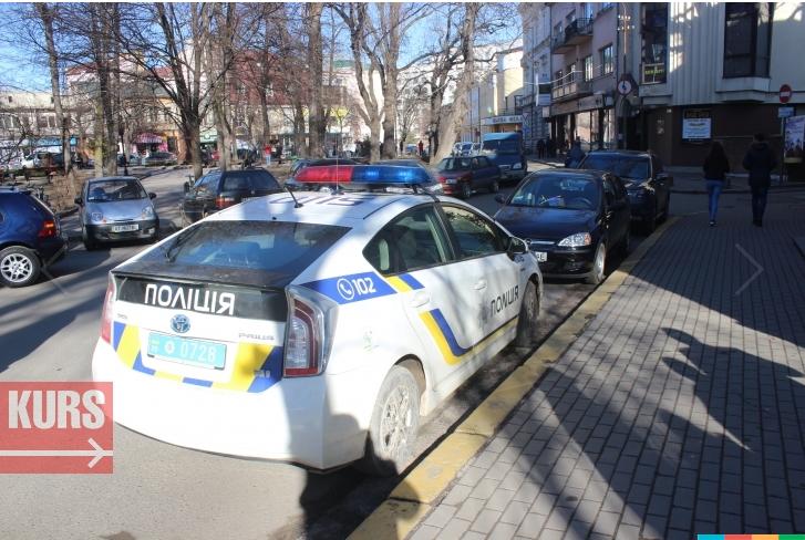 У Франківську патрульні припаркувалися у невстановленому місці. Мешканець міста написав заяву (ФОТО+ВІДЕО), фото-1