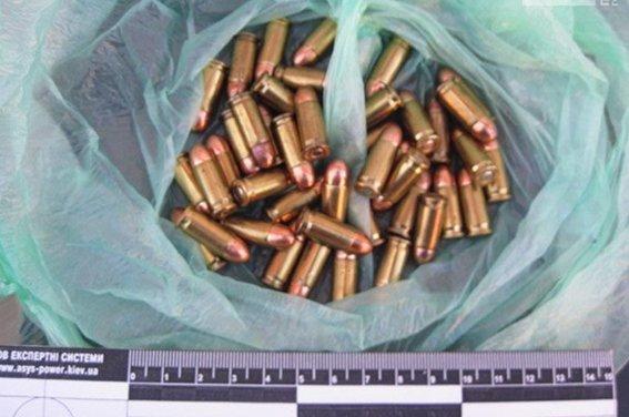 В Кривом Роге на рынке рецидивистка предлагала прохожим купить оружие (ФОТО) (фото) - фото 1