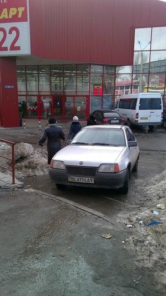 Я паркуюсь как могу: николаевский автохам припарковал авто на тротуаре (ФОТОФАКТ) (фото) - фото 1