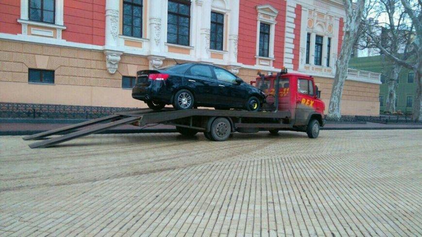 20d9c4399661ef2291ad8c8169022d51 Пьяная одесситка разбила машиной клумбы и припарковалась у мэрии
