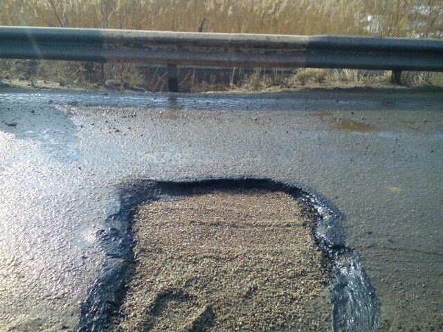 На дорогах Днепродзержинска впервые укладывают холодный асфальт (фото) - фото 1
