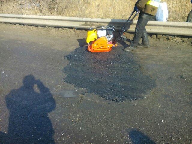 На дорогах Днепродзержинска впервые укладывают холодный асфальт (фото) - фото 3