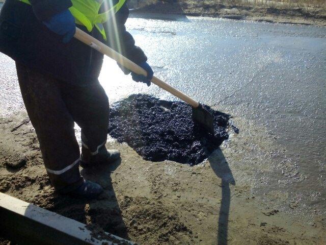 На дорогах Днепродзержинска впервые укладывают холодный асфальт (фото) - фото 2