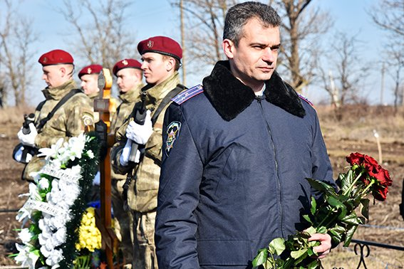 В Мангуше почтили память героически погибшего в Дебальцево милиционера (ФОТО) (фото) - фото 1