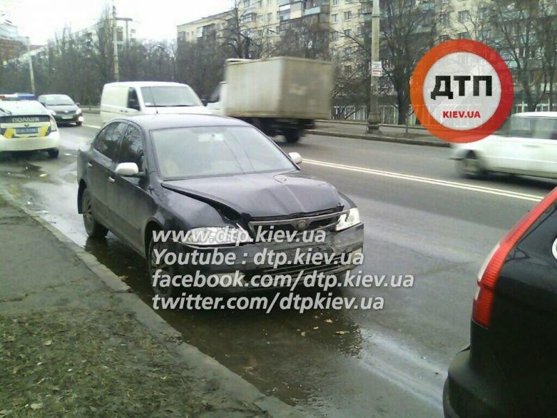 На Голосеевском проспекте КамАЗ протаранил маршрутку (ФОТО) (фото) - фото 1