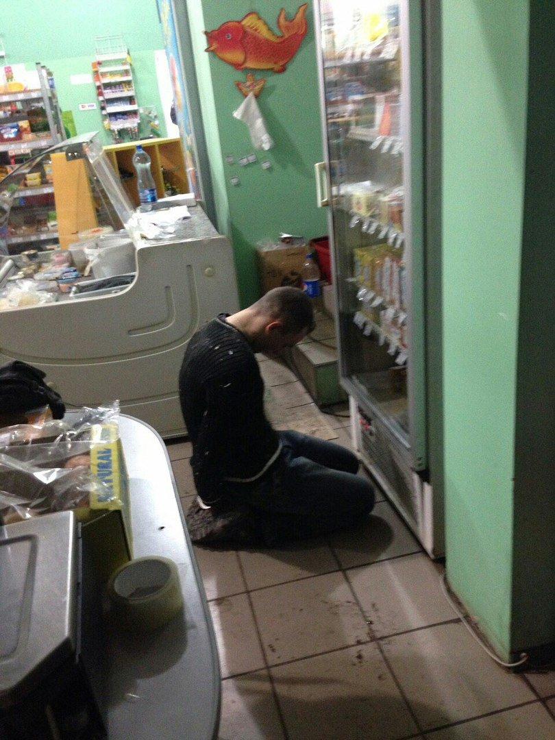 Криворожский спайдермен: Попытавшись ограбить магазин, криворожанин оказался под потолком торгового зала (ФОТО) (фото) - фото 1