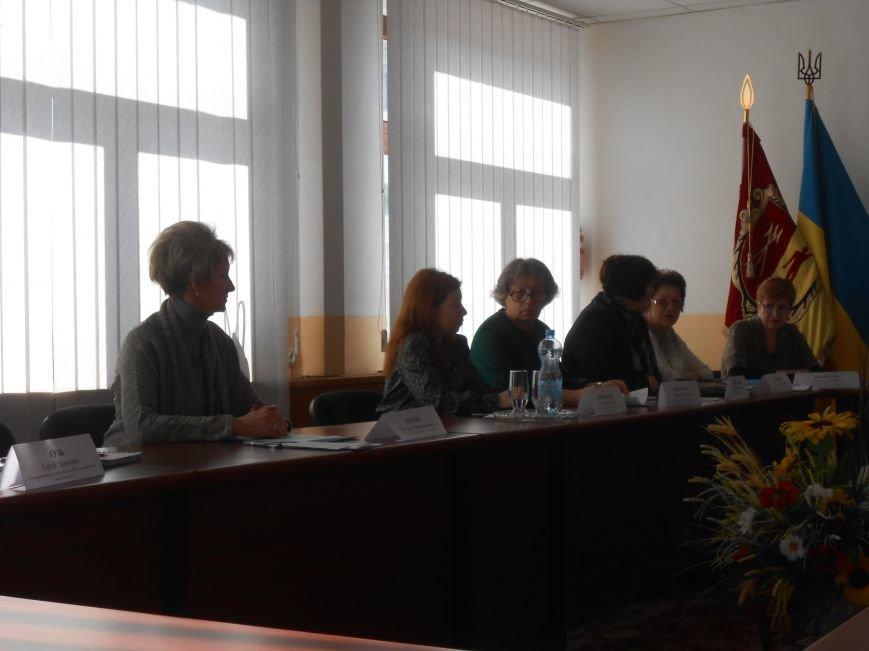 В Днепродзержинске проблему слова «гендерный» обсуждали за круглым столом (фото) - фото 2