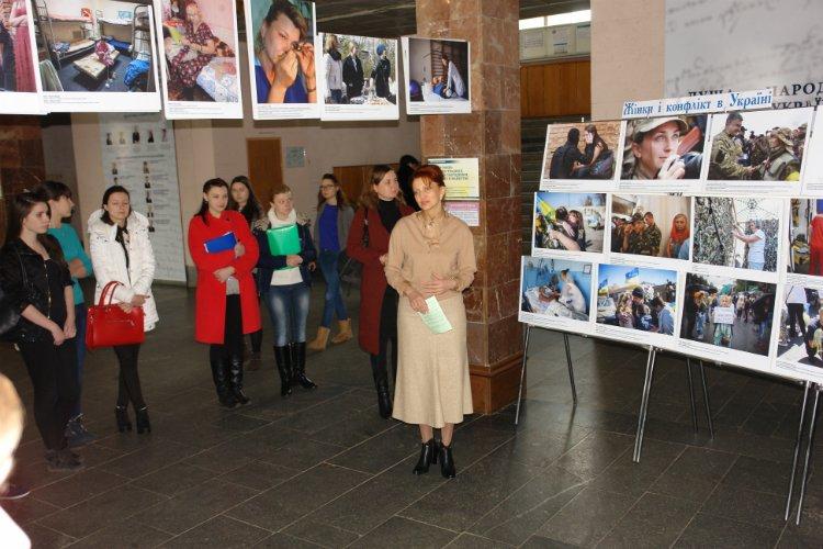 У ЧНУ влаштували фотовиставку «Жінки і конфлікт в Україні» (фото) - фото 1