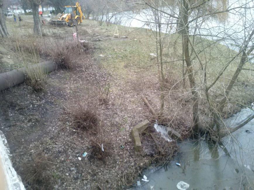 Возле военного госпиталя сгнила труба водопровода (фото) - фото 1