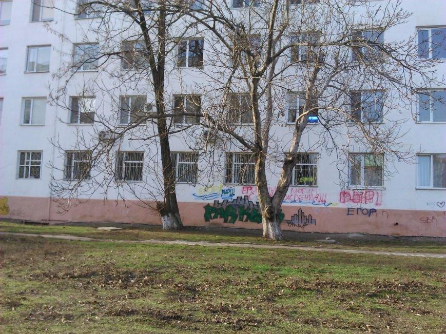 2613f6a662334bb588ecda2397a7dc91 В ожидании чуда: какие надписи оставляют одесские папы под окнами областного роддома