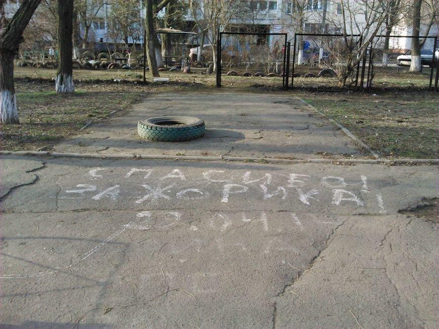 30c1d3246699f83d2ed23da2590acc96 В ожидании чуда: какие надписи оставляют одесские папы под окнами областного роддома