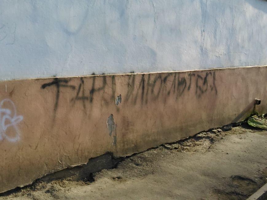 5d72e9e9cb05d9679e9bf8d9b66837d6 В ожидании чуда: какие надписи оставляют одесские папы под окнами областного роддома