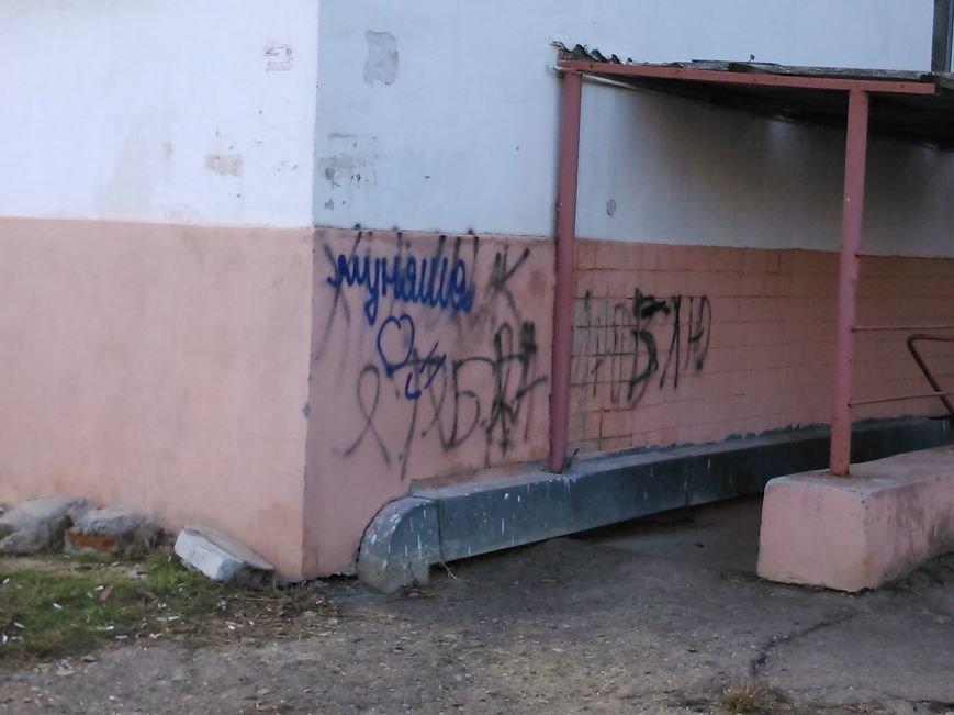 8982f800eeb7e2cd140010ce275240f8 В ожидании чуда: какие надписи оставляют одесские папы под окнами областного роддома