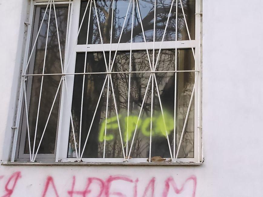 c84fe2e60233c0d63f009bd8026c76e3 В ожидании чуда: какие надписи оставляют одесские папы под окнами областного роддома