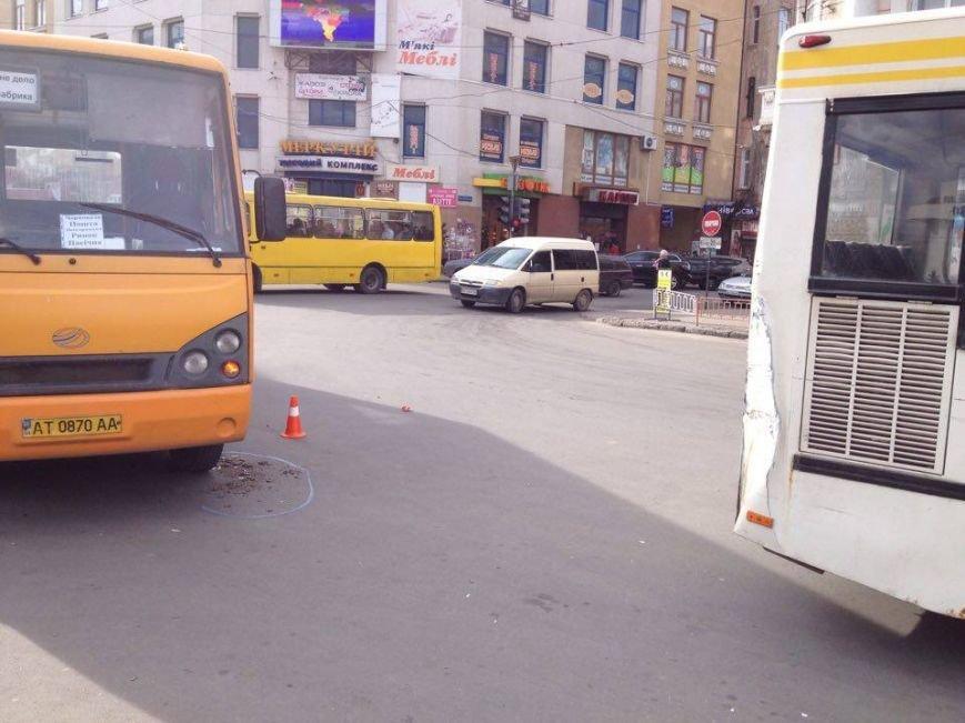 """У Франківську маршрутка """"вписалася"""" у автобус, фото-2"""