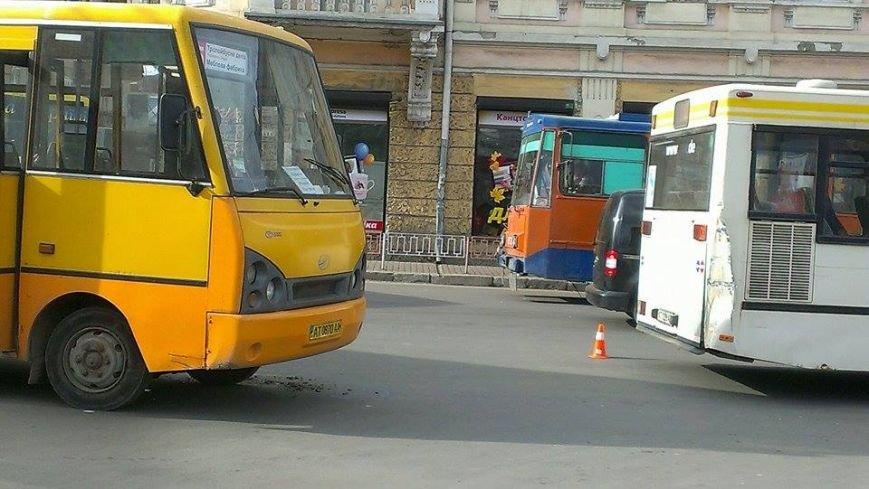 """У Франківську маршрутка """"вписалася"""" у автобус, фото-4"""