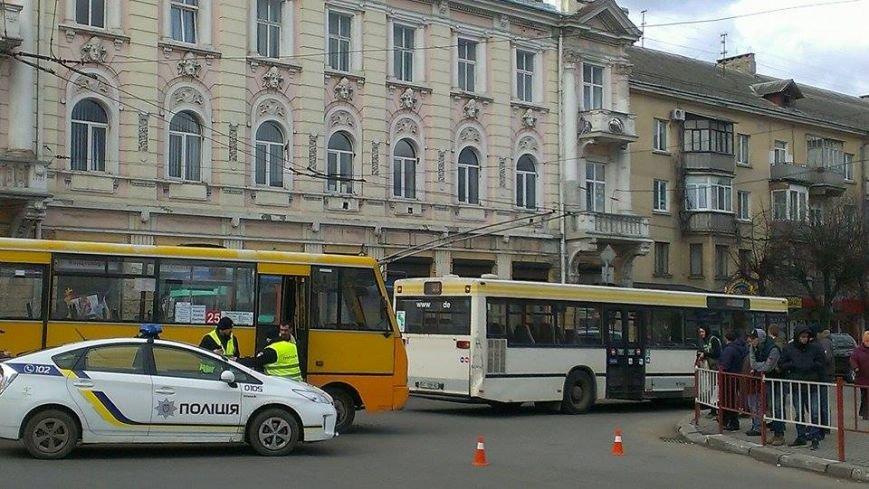 """У Франківську маршрутка """"вписалася"""" у автобус, фото-1"""