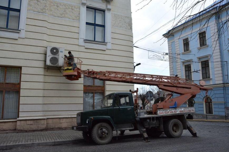 З будівлі Ратуші в Чернівцях зняли кондиціонер, фото-2