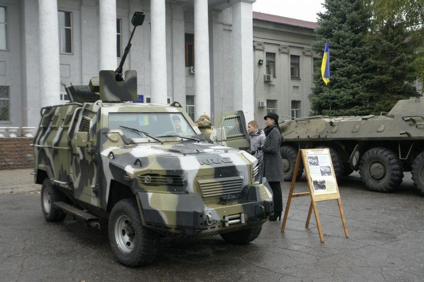 В Покровске (Красноармейске) проходит выставка военной техники, фото-1