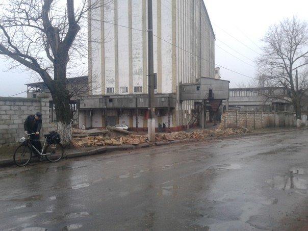Ветер под Одессой повалил забор на тротуар (ФОТО) (фото) - фото 1