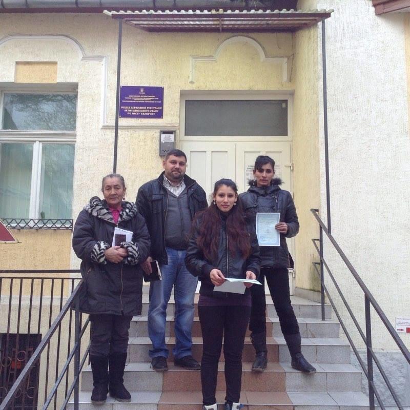 Як роми в Ужгороді роблять собі паспорти (фото) - фото 1