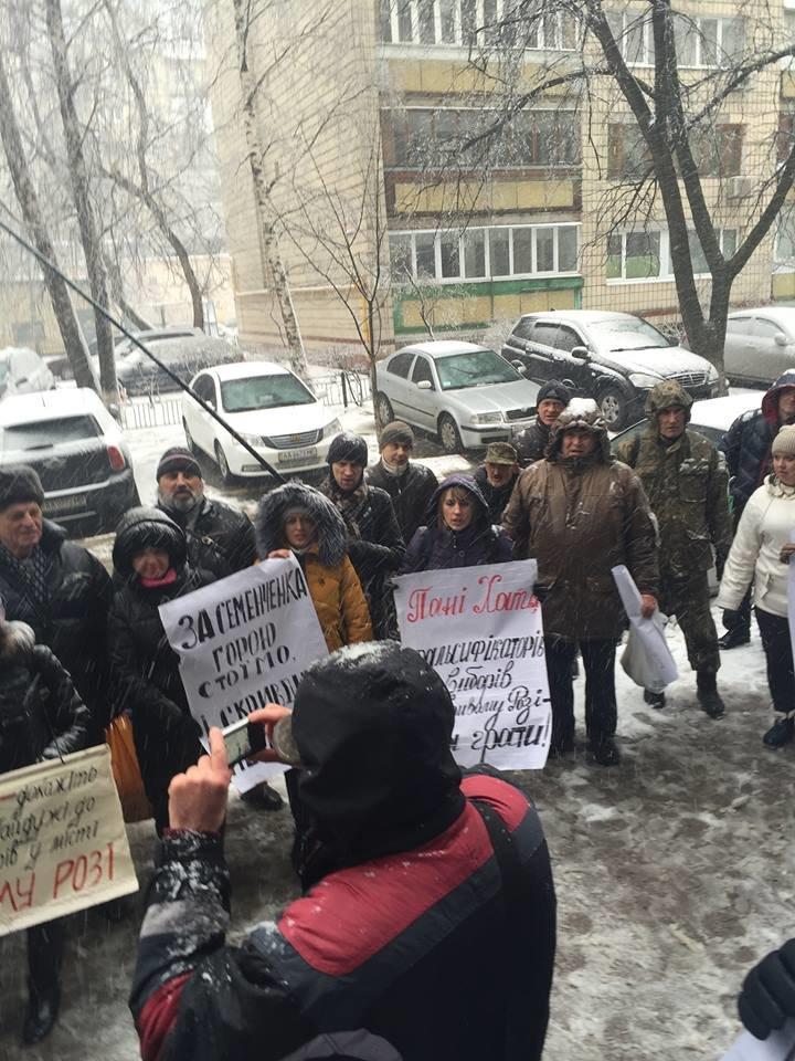 В Кривом Роге: активисты требовали наказать фальсификаторов, завершен отбор копов, грабитель убегал с шоколадом (фото) - фото 1