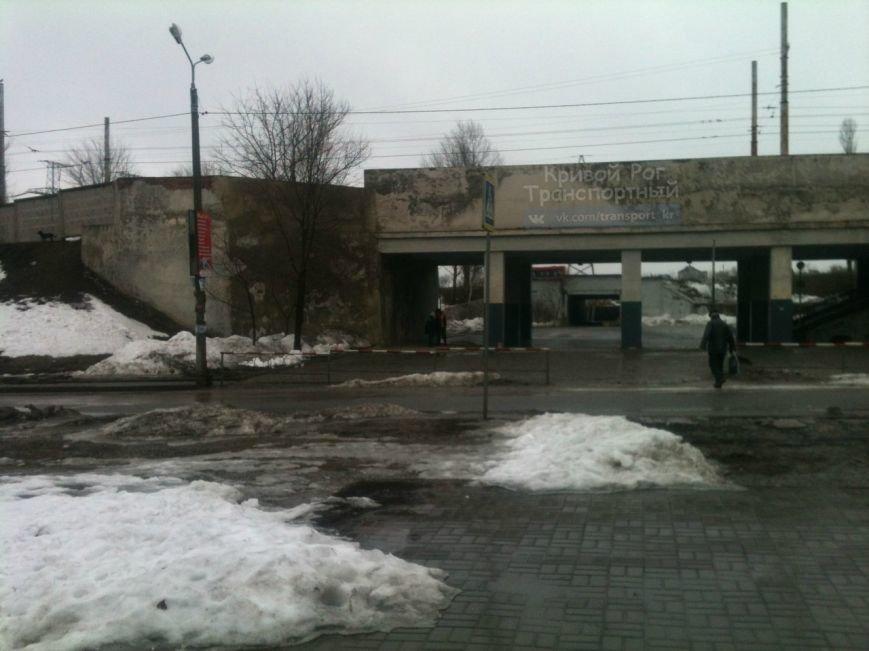 На глазах у криворожан рушиться станция скоростного трамвая (ФОТО) (фото) - фото 1