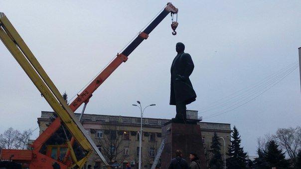 В Измаиле Одесской области сегодня утром сносят Ленина (ФОТО) (фото) - фото 1